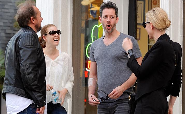Кейт Бланшетт и Эми Адамс с мужьями у входа в тату-салон