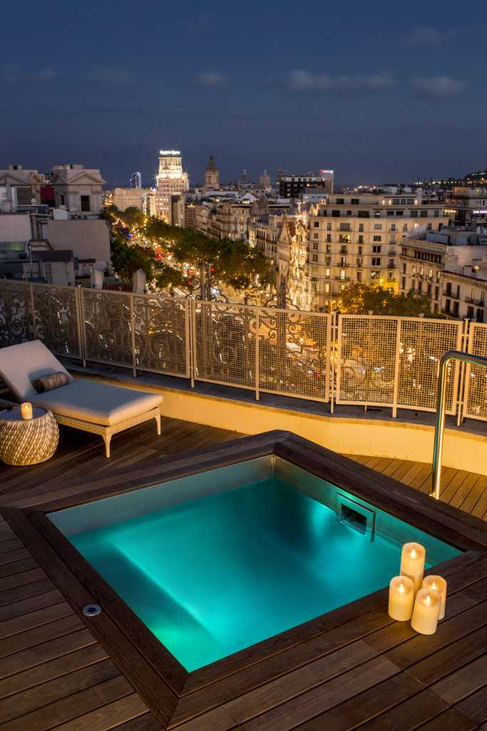 majestic-royal-penthouse-terrace-by-night-paseo-de-gracia-4