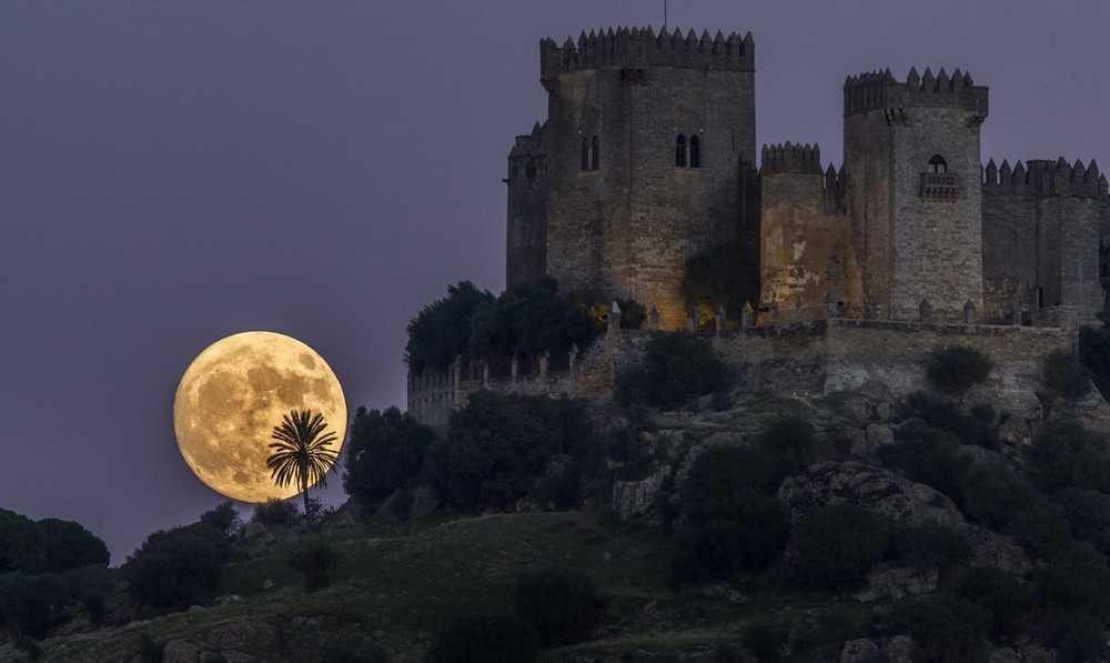 Замок Альмодовар,  Кордова,  Испания суперлуние