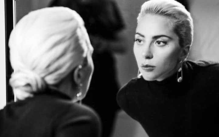 Lady-Gaga-behind-the_4270-large_trans_NvBQzQNjv4BqRmZxqUyEu0I6GGKqPBcow7V3UMlSYo_wGUpHfvbyDF4