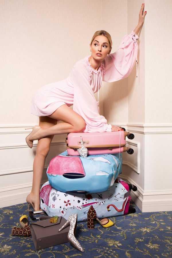 Ксения Кузьменко, Туника и туфли на полу The Coat, Сумка VerbenA, чехол для чемодана  Travel is, отель Fairmont Grand Hotel Kyiv