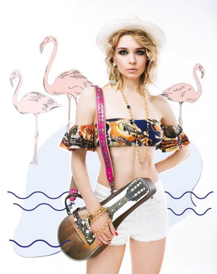 Шляпа, серьги, колье Dolce & Gabbana, купальник Mua Mua (Boudoir Lingerie Concept Store), сумка– гитара Dolce & Gabbana, шорты Saint Laurent