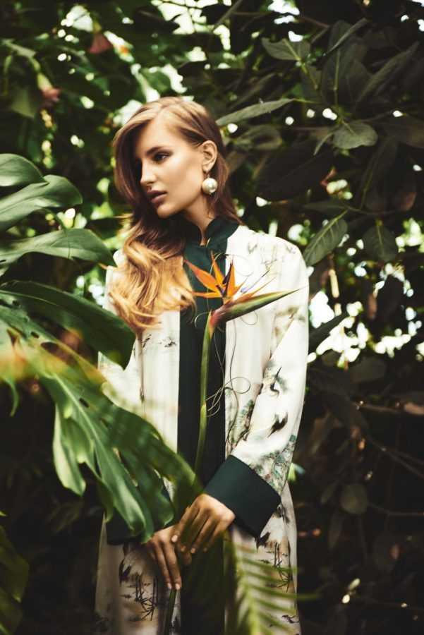 Кимоно F.R.S (Boudoir Lingerie Concept Store), серьга Simone Rocha. На странице справа: платье Natasha Zinko