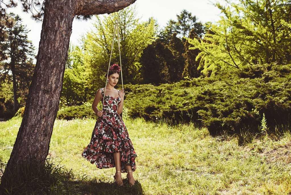 Платье и серьги Dolce & Gabbana Босоножки Stuart Weitzman Обруч с цветами La Peonia