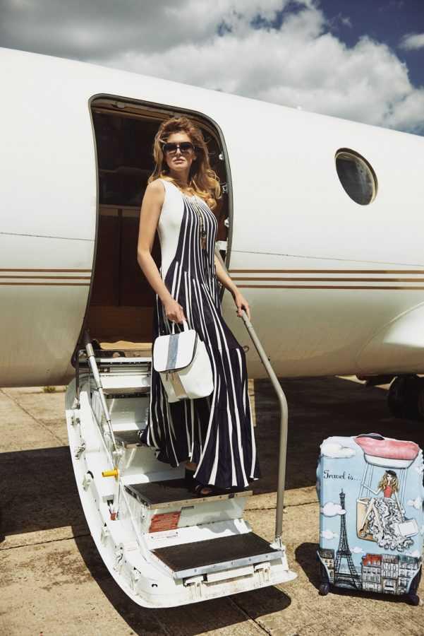 Платье, очки, подвеска и босоножки Chloé Рюкзак Vikele Studio Чехол для чемоданов Travel is…