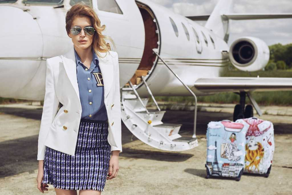 Жакет и блуза Pierre Balmain (Symbol) Юбка Marc Jacobs (Symbol) Очки Ray Ban Чехол для чемоданов Travel is…