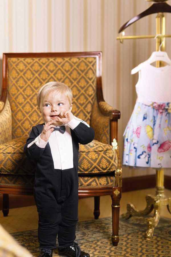 На Матвее – боди и лаковые туфли Dolce&Gabbana. Платье справа – MONNALISA. Локация: апартаменты на представительском этаже Premier Palace Hotel