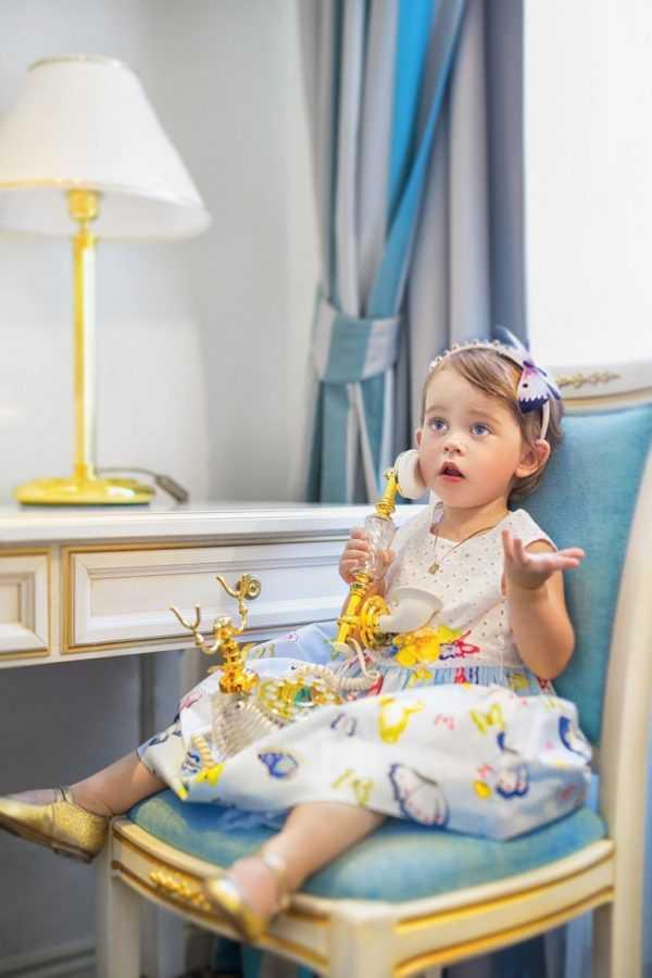 На Вике – обруч Dolce&Gabbana, платье и босоножки MONNALISA, подвеска «Ангел» OBERIG JEWELRY. Локация: номер категории Премьер, Premier Palace Hotel