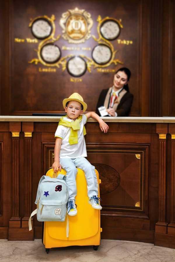 На Лёне – шляпа, свитер, футболка, джинсы, кеды, рюкзак Bonpoint. Чемодан Case.ua. Локация: ресепшн Premier Palace Hotel