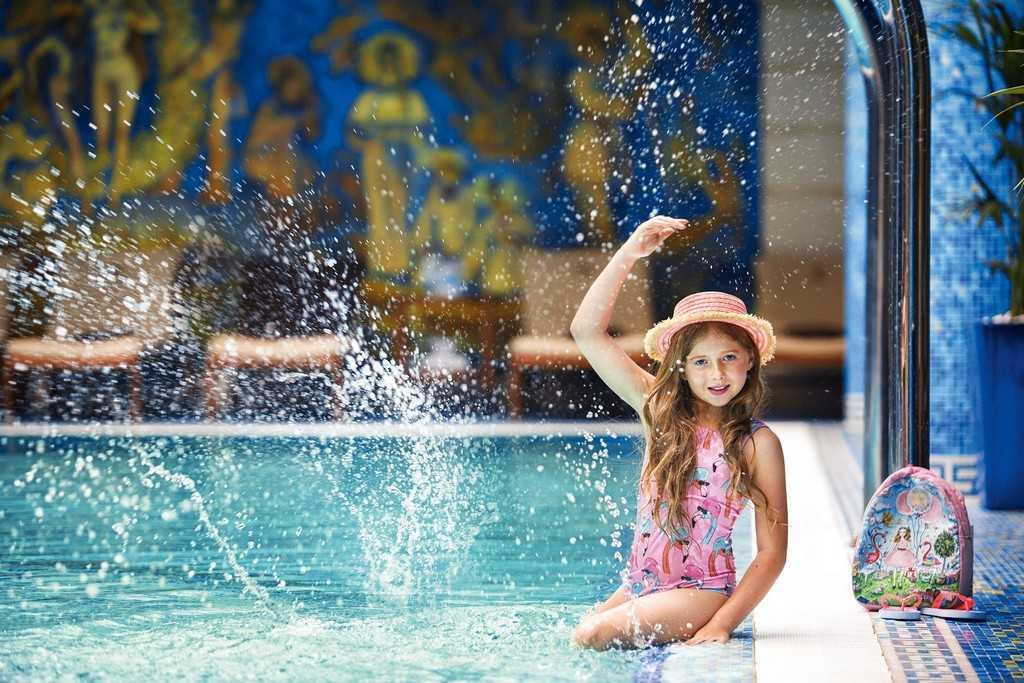 На Николь – купальник, шляпа, рюкзак, шлепанцы VIVA Viktoriya Локация: бассейн в Premier Palace Fitness Club