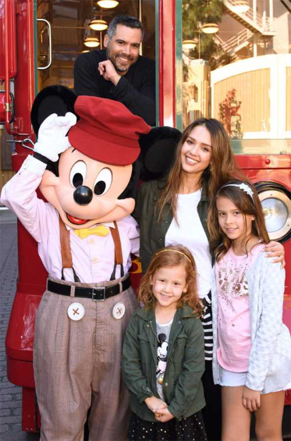 rs_676x1024-170331135105-634.Jessica-Alba-Cash-Warren--Family-Disney.ms.033117