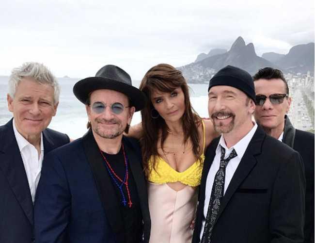 Хелена Кристенсен в окружении U2