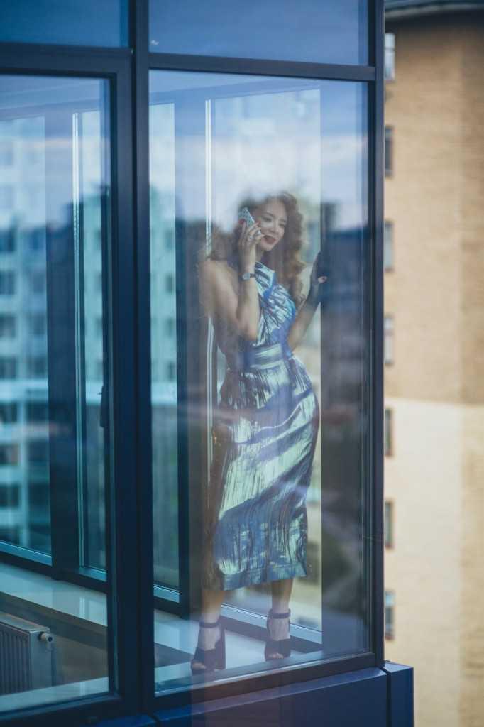 Платье VModa, босоножки Miu Miu, украшения Fabergé.