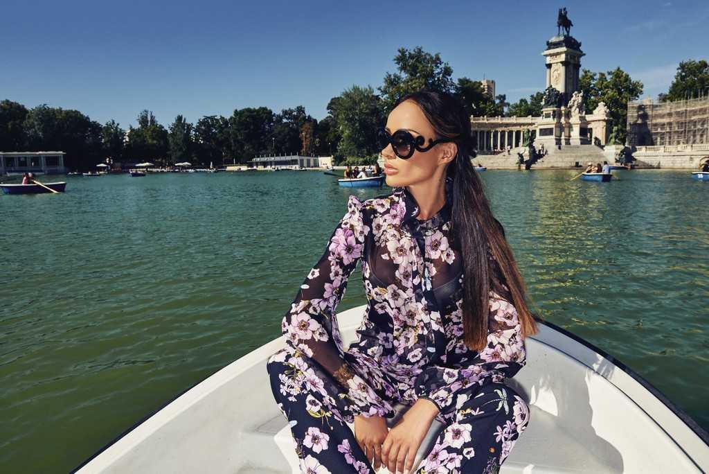Блуза и брюки Giambattista Valli – El Corte Inglés Serrano 47 Woman. Очки Prada. Локация: парк Buen Retiro