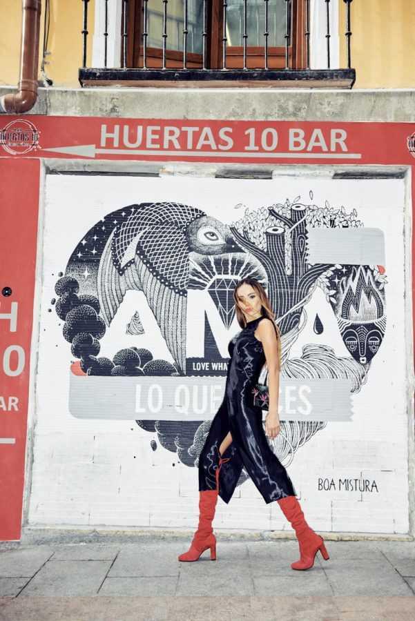 Платье Helmut Lang, сапоги и сумка Gloria Ortiz – El Corte Inglés Serrano 47 Woman. Локация: граффити на улице Calle de las Huertas