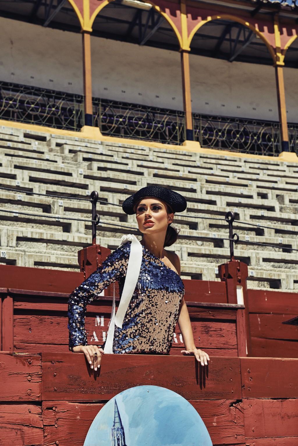 «Монтера» – традиционный головной убор тореадора. Топ MSGM – El Corte Inglés Serrano 47 Woman. Кольцо Carrera y Carrera, коллекция ORIGEN MEDIUM. Локация: Plaza de Toros Toledo
