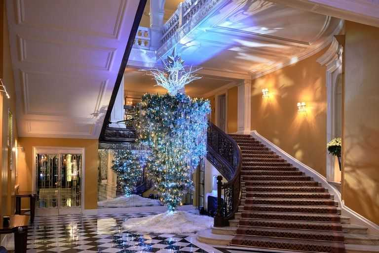 claridges-christmas-tree-2017-by-karl-lagerfeld-landscape-1511350393