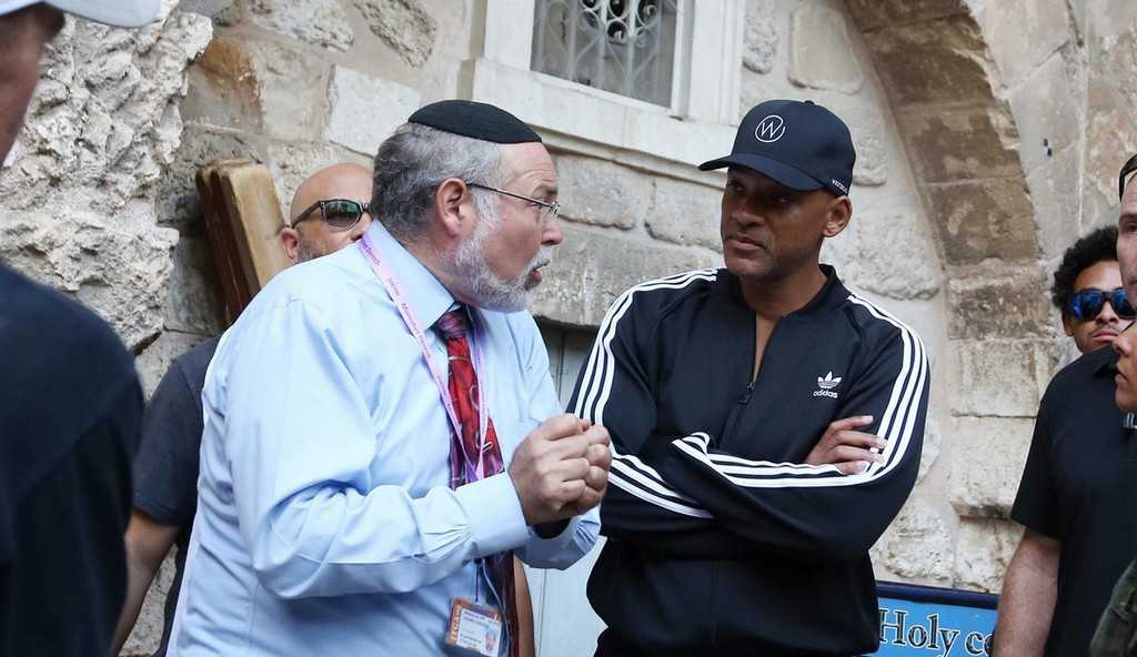 will-smith-visits-holy-site-in-jerusalem-during-break-from-aladdin-filming-02