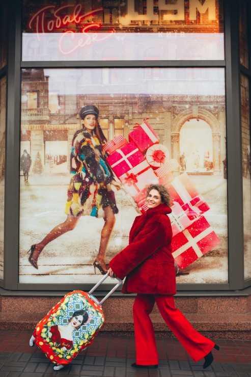 Шуба, брюки и пиджак The BODY Wear. Обувь: собственность модели. Чехол для чемодана: «Сицилия» Travel is... Локация: ЦУМ (TSUM)