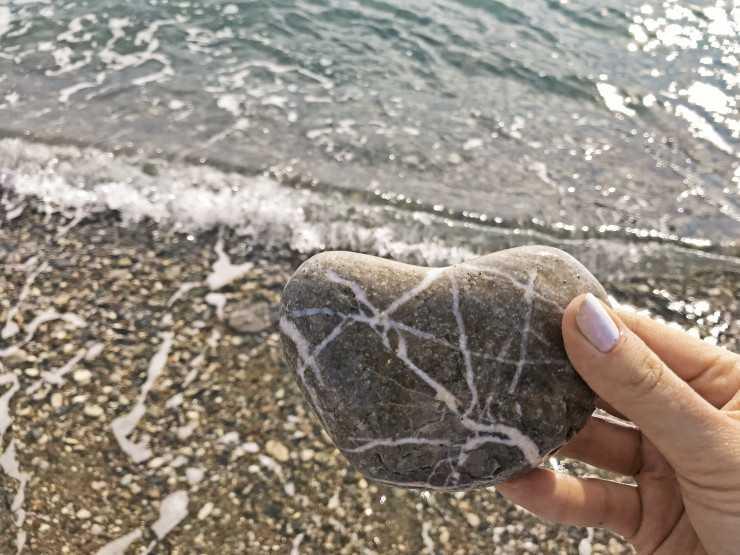 Найденный камень в виде сердца у скал Афродиты