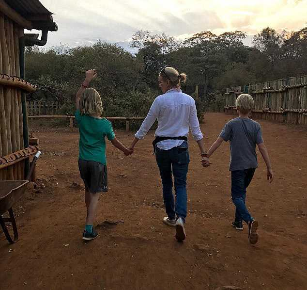 481F4AD500000578-5267321-Family_time_The_actress_traveled_to_the_African_nation_in_July_l-a-5_1515912238699