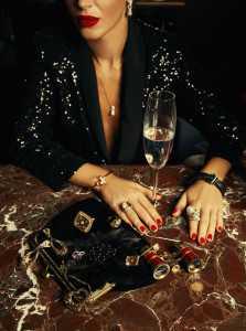 Серьги, кольцо и кулон Art Vivace jewelry (коллекция «Душа моря »), кольцо Art Vivace jewelry (коллекция «Сияние моря»), кольцо Art Vivace jewelry (коллекция «Северное сияние»), браслет Gucci (коллекция «Flora»), кольцо Gucci (коллекция «Horsebit»), браслет de Grisogono (коллекция «Allegra»), костюм OBRANI