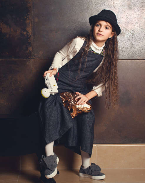 На Соне: блуза MIKI HOUSE, комбинезон LORO PIANA, шляпа BABY DIOR, обувь J-KIDZ, серьги – собственность стилиста, колье RADA Фотоаппарат Lomography La Sardina Локация: The May Fair Hotel