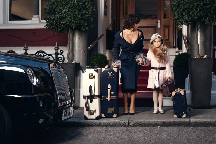 На Ольге: пальто, платье, кардиган PRADA, туфли NICHOLAS KIRKWOOD, серьги Fabergé Dentelle de Perles Chandelier, брошь Fabergé Golden Rose Petal На Соне: пальто, платье, обруч BABY DIOR, пояс, шарф PRADA, брошь Fabergé Lara, туфли BABY DIOR Локация: St. James's Hotel & Club Чемоданы Globe-Trotter