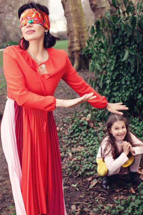 а Ольге: платье MAJE, платок HERMES На Соне: платье, пальто BABY DIOR, ботинки MIKI HOUSE Локация: Bishops Park, Fulham Palace