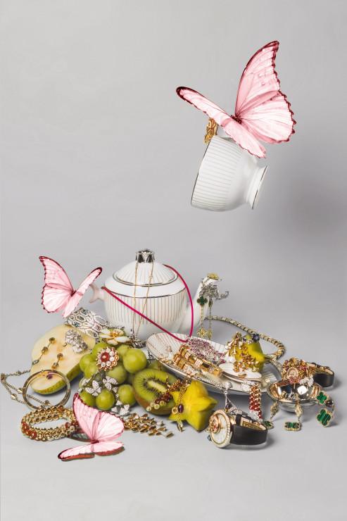 Кольцо Van Cleef & Arpels Bouton d'Or – розовое золото, перламутр, бриллиант, сердолик Серьги Van Cleef & Arpels Bouton d'Or – розовое золото, перламутр, бриллиант, сердолик Браслет Van Cleef & Arpels Bouton d'Or – розовое золото, перламутр, бриллиант, сердолик Серьги Van Cleef & Arpels Two Butterflies – белое золото, бриллиант, сапфир Кольцо на два пальца Van Cleef & Arpels Two Butterflies – белое золото, бриллиант Кольцо на два пальца Van Cleef & Arpels Lotus – белое золото, бриллиант Брошь Van Cleef & Arpels Rose de Noël – желтое золото, перламутр, бриллиант Кольцо Van Cleef & Arpels Folie des Prés – белое золото, бриллиант, сапфир Подвеска Van Cleef & Arpels Pétillante – белое золото, бриллиант, сапфир Колье Van Cleef & Arpels Vintage Alhambra – желтое золото, бриллиант, малахит Серьги Van Cleef & Arpels Magic Alhambra, 3 мотива – желтое золото, бриллиант, малахит Браслет в форме кольца BVLGARI Serpenti - белое золото 18 карат, изумруды, бриллиантовое паве Кольцо BVLGARI Serpenti – белое золото 18 карат, сплошное бриллиантовое паве Серьги и колье BVLGARI Diva's Dream – белое золото 18 карат, бриллиантовое паве Серьги и колье BVLGARI Diva's Dream – розовое золото, перламутр, бриллианты Колье и жесткий браслет BVLGARI Serpenti – розовое золото, частичное бриллиантовое паве Серьги и колье BVLGARI B.zero1 mini – желтое золото, цитрин, аметист, верделит, бриллианты Жесткий браслет BVLGARI B.zero1 – розовое золото 18 карат Часы BVLGARI Diva's Dream – кварцевый механизм, корпус из розового золота, бриллианты, перидоты, рубеллиты и аметисты Часы BVLGARI Berries – автоматический механизм с функцией «прыгающего часа» и ретроградной минутной стрелкой, корпус из розового золота, бриллианты, сапфиры, рубины, изумруды и самоцветы