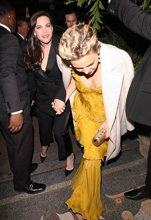 4B2BFAC200000578-0-Steelers_Liv_wore_a_black_pantsuit_while_Kate_donned_a_sumptuous-a-281_1523788070597