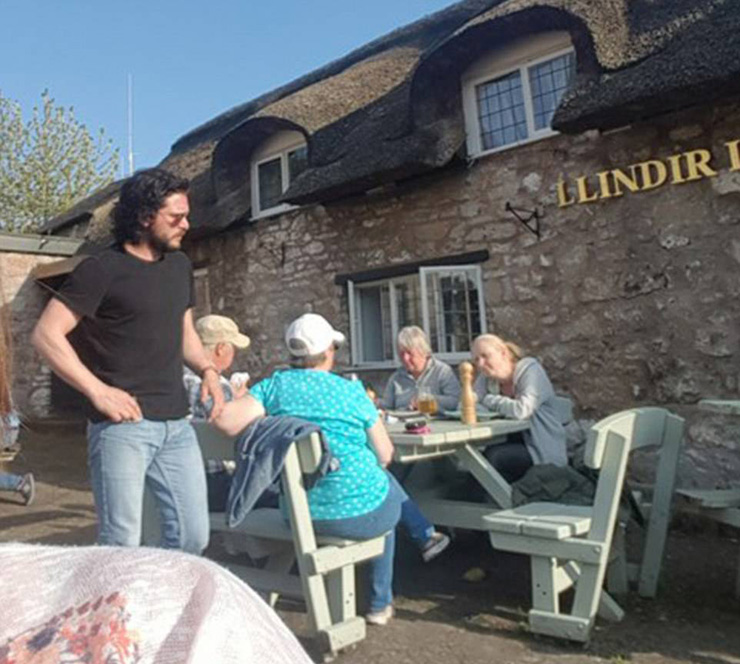 4C05F02100000578-5710151-The_Game_of_Thrones_star_was_pictured_in_a_North_Wales_pub_on_th-a-8_1525887309185
