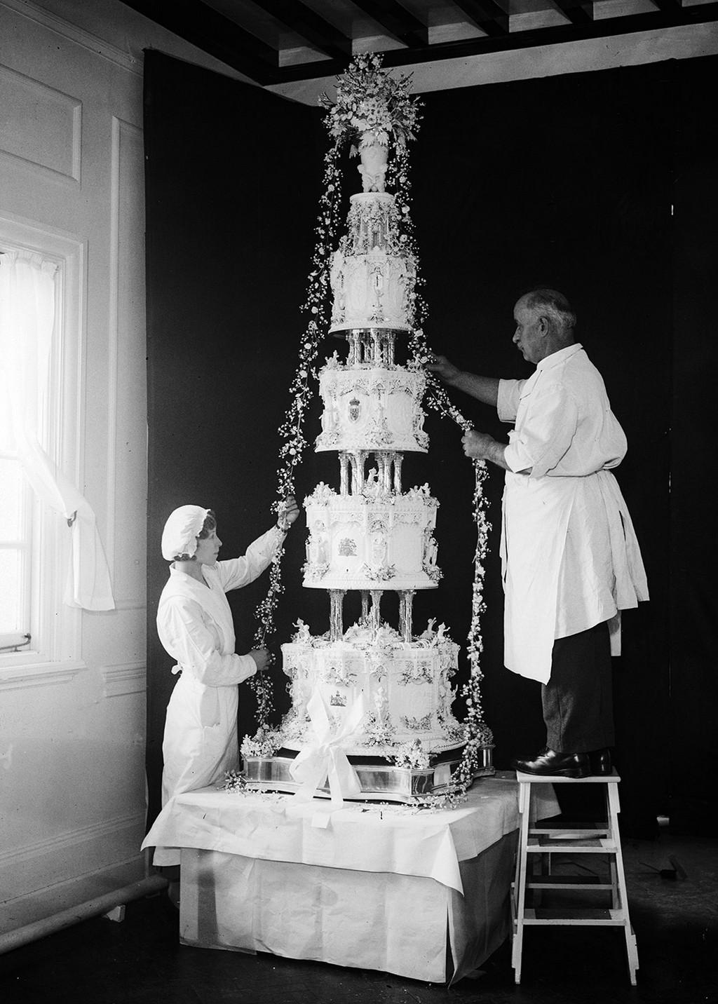 55aff35e9e9755183d976ea4_tiers-of-joy-royal-wedding-cakes-07
