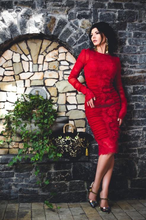 Платье, туфли - Dolce & Gabbana, сумка - Tizzini, серьги - Chloe.