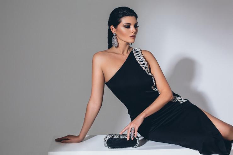 Платье, Balmain; клатч, San blas crystals; украшения, собственность героини.