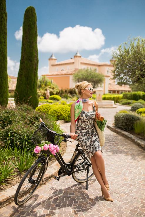 Топ и юбка – Berezkina Платок Dior Очки KYME Сумка Lee Pfayfer Туфли Dolce & Gabbana Локация: Château de la Messardière