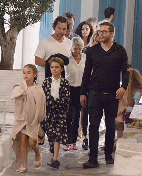 4D94104300000578-5880169-Next_stop_Matthew_McConaughey_and_clan_were_spotted_on_the_Greek-a-37_1529865167484