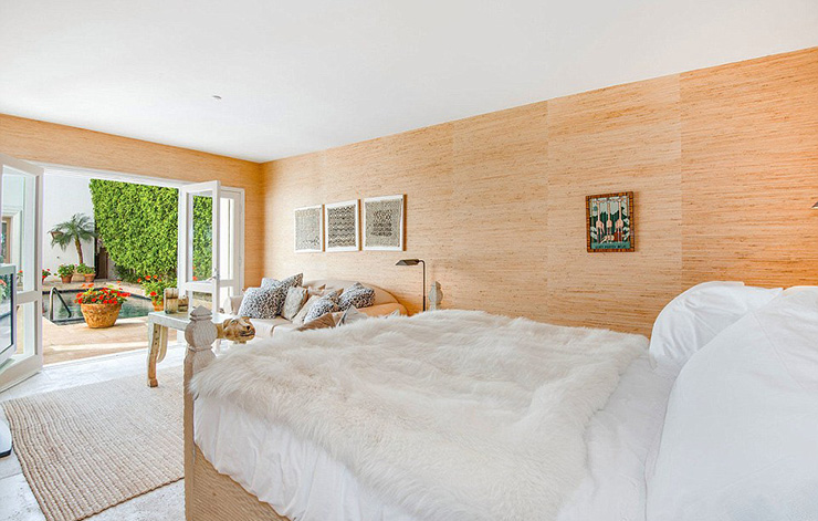 4E1AC50900000578-5941013-Upstairs_The_homes_master_bedroom_can_be_found_on_the_second_flo-a-6_1531292087946