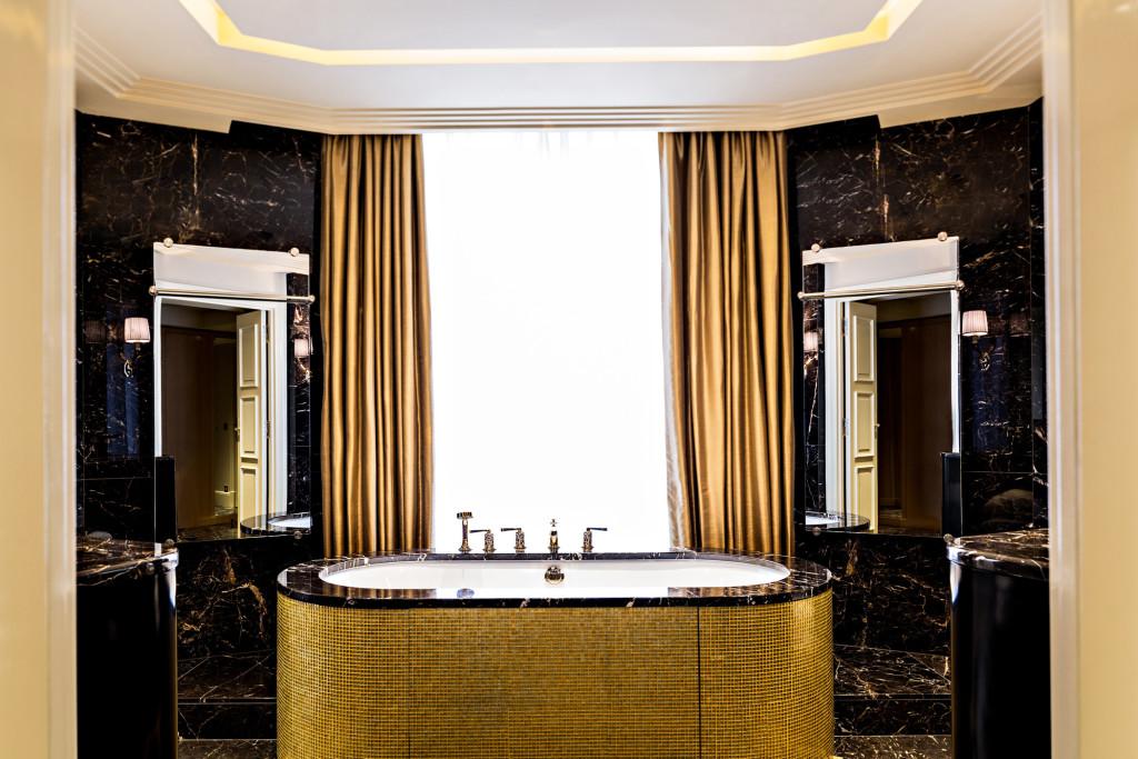 lux250gb-139090-Prince de Galles Suite dOr - Bathroom