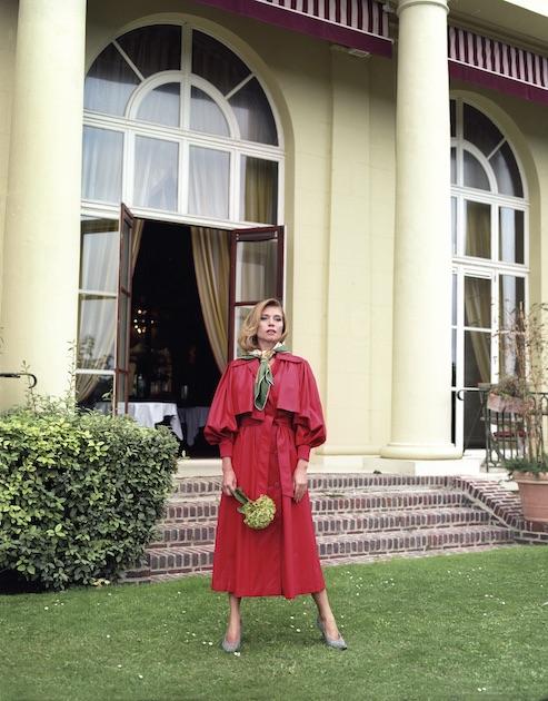 На модели: плащ Vika Gazinskaya, платок, туфли, серьги – собственность стилиста. Локация: Hotel Barriere Le Royal Deauville