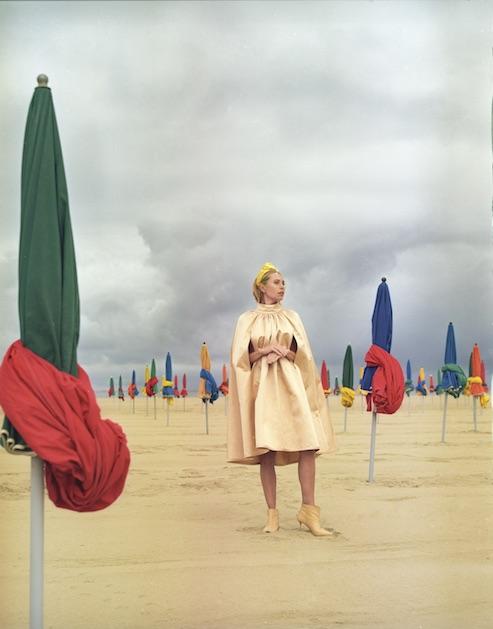 Платье-кейп Martin Garant, ободок с вуалью Jennifer Behr, сапоги – собственность стилиста. Макияж и прическа: Manon Stormacq