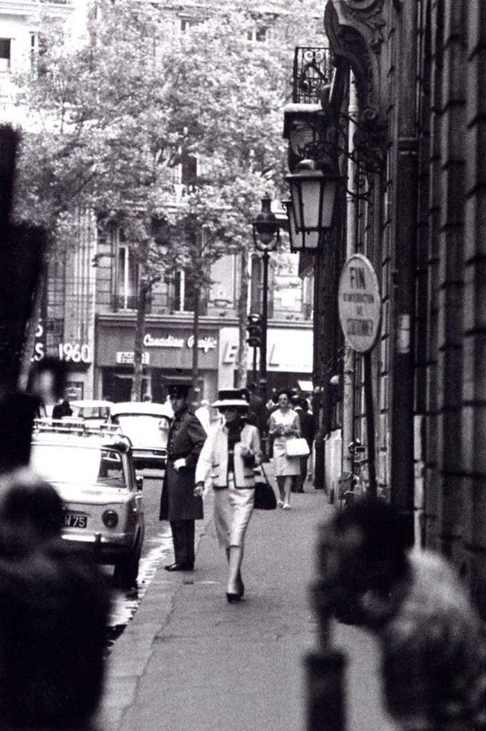 Коко Шанель йде вулицею Камбон