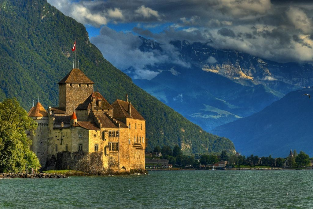 Длина набережной в Монтре около 7 км, а дойти по ней можно до Шильонского замка