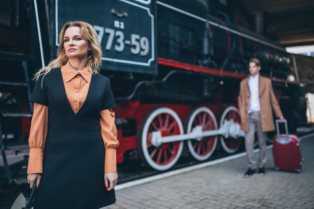 На героине: платье, рубашка, ботфорты Chloe, сумка Gianni Notaro (Symbol outlet) На герое: пальто Heresis, рубашка, брюки, туфли Eleventy (Symbol outlet)