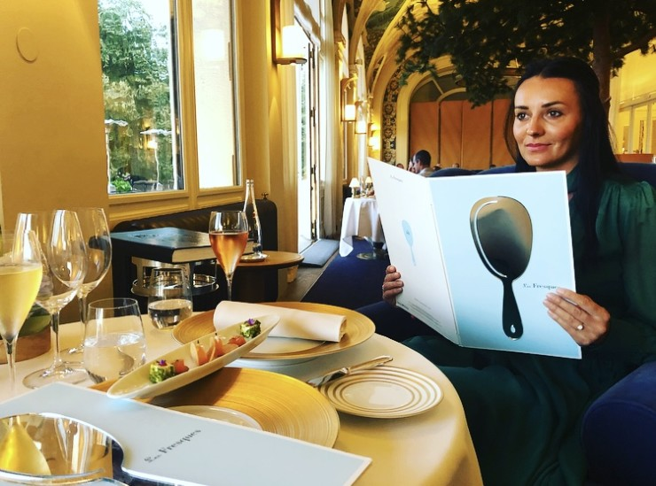 На обложке меню ресторана Les Fresques расположенно зеркало, чтобы гости могли видеть в нем отражение фресок