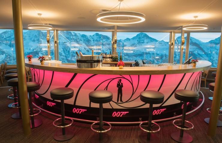 Просекко или виски на высоте 3000 метров, в окружении красоты да еще во вращающемся ресторане, отмеченном Джеймсом Бондом - это то, что стоит попробовать хотя бы раз в жизни