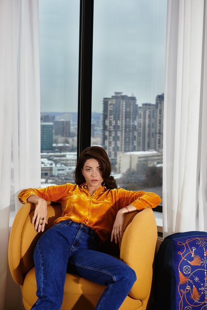 Рубашка и джинсы IVA NEROLLI Сапоги – собственность героини Серьги и кольцо Chloe Локация: Skyline Residences