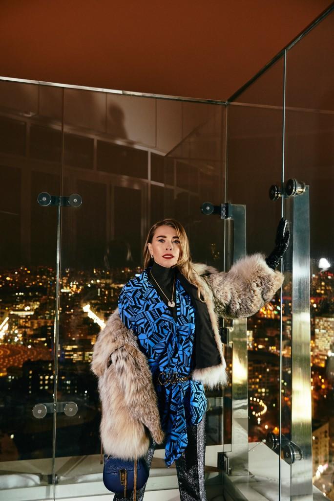 Блуза, топ, штаны, пояс, сумка Chloe Шуба A.M.G. Перчатки, собственность стилиста Украшения Cartier
