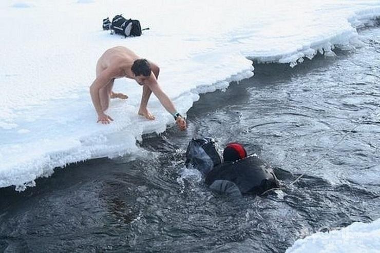 Чтобы сохранить одежду сухой, Беар перешел антарктическую реку голышом. Фото: gerberger.com.ua