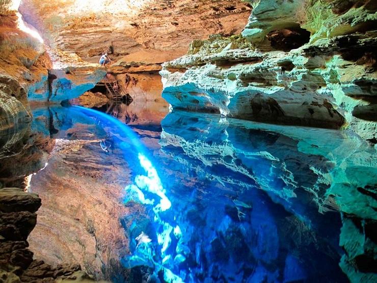 Лучи, доходя до дна колодца, отражаются на стенах пещеры  и создают настоящее волшебство. Фото: guruturizma.ru